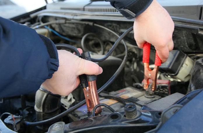 Jak uruchomić samochód za pomocą kabli rozruchowych